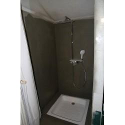Réparation et application sur carrelage dans une salle de bain effet mouillé.